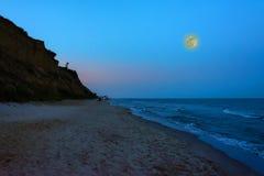 Het charmante avondlandschap van de Zwarte Zee en de maanhemel over het royalty-vrije stock fotografie