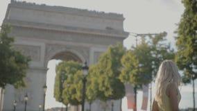 Het charmante blonde stellen dichtbij Arc de Triomphe in Parijs stock videobeelden