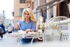 Het charmante blondewijfje ontvangt de gift van de valentijnskaart van heilige, jonge mooie dame die van haar recreatie genieten stock fotografie