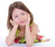 Het charmante jonge meisje liggen royalty-vrije stock afbeelding