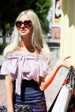 Het jonge vrouw gaande winkelen Stock Foto's
