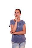 Het charmante jonge vrouw kijken net op blauw overhemd Royalty-vrije Stock Foto