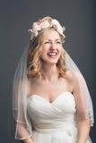 Het charmante levendige jonge bruid lachen Stock Afbeelding