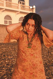 Het charmante meisje bij kust Royalty-vrije Stock Fotografie