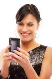 Het charmante meisje leest sms op telefoon Royalty-vrije Stock Afbeeldingen
