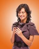 Het charmante meisje leest sms op telefoon Royalty-vrije Stock Foto's