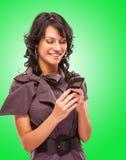 Het charmante meisje leest sms op telefoon Stock Foto