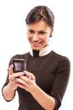 Het charmante meisje leest sms op telefoon Stock Afbeelding