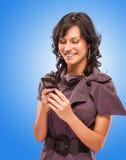 Het charmante meisje leest sms op telefoon Royalty-vrije Stock Afbeelding