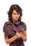 Het charmante meisje leest sms op telefoon Stock Afbeeldingen