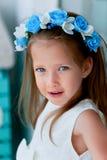 Het charmante meisje met lang as-blond haar, levendige blauwe ogen en een geknepen neus, de vatting is met de hand gemaakt Het gl royalty-vrije stock foto's
