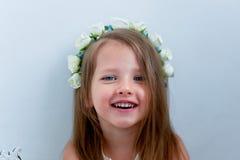 Het charmante meisje met lang as-blond haar, levendige blauwe ogen en een geknepen neus, de vatting is met de hand gemaakt Het gl royalty-vrije stock foto