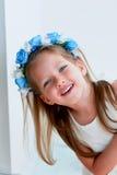 Het charmante meisje met lang as-blond haar, levendige blauwe ogen en een geknepen neus, de vatting is met de hand gemaakt Het gl stock fotografie
