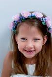 Het charmante meisje met lang as-blond haar, levendige blauwe ogen en een geknepen neus, de vatting is met de hand gemaakt Het gl stock afbeelding
