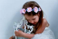 Het charmante meisje met lang as-blond haar, levendige blauwe ogen en een geknepen neus, de vatting is met de hand gemaakt Het gl stock afbeeldingen