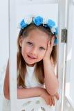 Het charmante meisje met lang as-blond haar, levendige blauwe ogen en een geknepen neus, de vatting is met de hand gemaakt Het gl stock foto