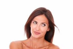 Het charmante Spaanse vrouw kijken aan haar linkerzijde Stock Afbeelding