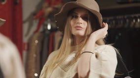 Het charmante vrouw stellen in een winkel stock videobeelden