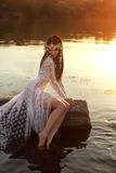 Het charmeren brunette die de het uitnodigen diepten van donker water bekijken Royalty-vrije Stock Afbeelding