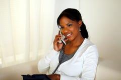 Het charmeren ontspande het jonge vrouw spreken op telefoon Royalty-vrije Stock Foto
