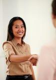 Het charmeren van Aziatische vrouw die handen het begroeten geven royalty-vrije stock foto's