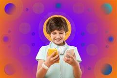 Het charmeren van blije jongen die telefoons op achtergrond vergelijken stock fotografie