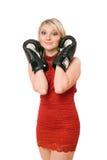 Het charmeren van blonde dame in bokshandschoenen Royalty-vrije Stock Foto's