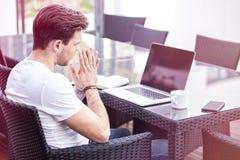 Het charmeren van de Jonge Volwassen Mens die aan Laptop op Openluchtochtendtijd werken stock foto's