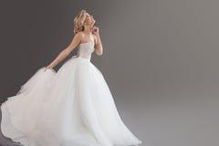 Het charmeren van jonge bruid in luxueuze huwelijkskleding Mooi meisje in wit Emoties van grijs geluk, gelach en glimlach, royalty-vrije stock foto
