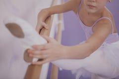 Het charmeren van jonge meisjesballerina die op dansschool uitoefenen stock afbeelding
