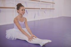 Het charmeren van jonge meisjesballerina die op dansschool uitoefenen royalty-vrije stock afbeelding
