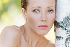 Het charmeren van jonge vrouw dichtbij berk Stock Foto's