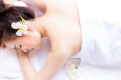 Het charmeren van mooie klantenvrouw ligt op bed Attracti royalty-vrije stock afbeelding