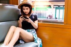 Het charmeren van mooie vrouw bekijkt foto's camera tijdens trai royalty-vrije stock fotografie