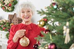 Het charmeren van oude vrouw bevindt zich met glimlach stock fotografie