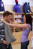 Het charmeren van paar dat een sweatshirt zoekt Royalty-vrije Stock Foto's
