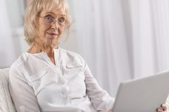Het charmeren van rijpe vrouw die laptop functies bestuderen stock foto's