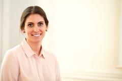 Het charmeren van uitvoerend wijfje die bij u glimlachen royalty-vrije stock foto's