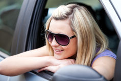 Het charmeren van vrouwelijke bestuurder in haar auto royalty-vrije stock afbeelding