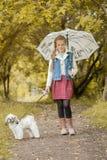 Het charmeren van weinig het model stellen in park met puppy Royalty-vrije Stock Foto's