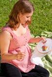 Het charmeren van zwangere vrouw in park Stock Fotografie