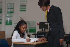 Het cheching van de leraar op een student Stock Fotografie