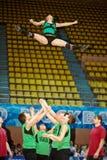 Het Cheerleadersteam Zador voert acrobatiek uit Royalty-vrije Stock Foto's