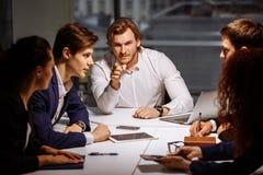 Het chef- leider trainen in bureau Bij de opleiding door het bedrijf Bedrijfs en onderwijsconcept stock foto