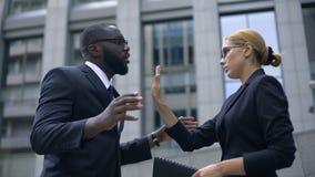 Het chef- schreeuwen bij bureaumanager, vrouw toont eindegebaar, werknemersrechten stock video