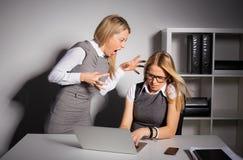 Het chef- schreeuwen bij haar werknemer stock fotografie