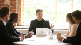 Het chef- spreken aan divers team die instructies geven op groepsvergadering stock footage