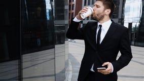 Het chef- spreken op mobiele celtelefoon in stad Zoete croissant en een kop van koffie op de achtergrond stock videobeelden