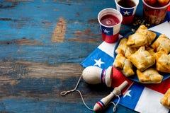 Het Chileense concept van de onafhankelijkheidsdag fiesta'spatrias Chileense typische schotel en drank op partij van de onafhanke Royalty-vrije Stock Afbeelding