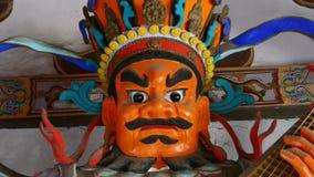 Het Chinese beeldhouwwerk die van immortals Boeddhistische Vajra de instrumenten van een pipaluit in gesneden stralen houden schi stock videobeelden